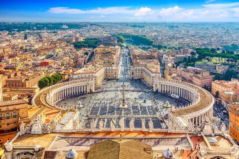 Den berömda Sankt Peter:s torg i Vatikanen och flygsyn på staden Rom under soliga dagar arkivfoton