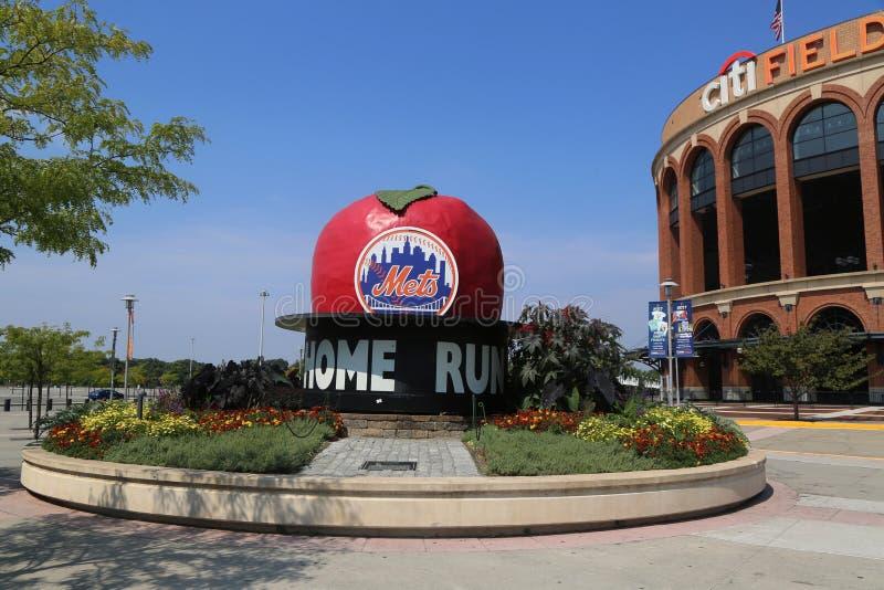 Den berömda Shea Stadium Home Run Apple på den Mets plazaen framme av det Citi fältet, hem av högre serie i basebolllaget New Yor royaltyfria foton