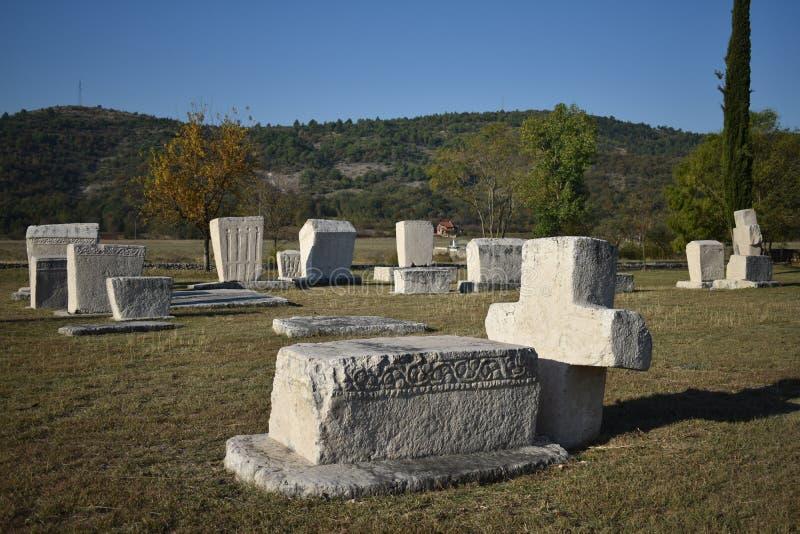 Den berömda steccien i Radimlja den medeltida nekropolen royaltyfri foto