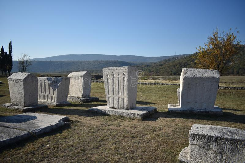 Den berömda steccien i Radimlja den medeltida nekropolen royaltyfri fotografi
