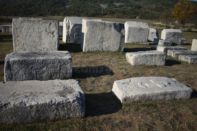 Den berömda steccien i Radimlja den medeltida nekropolen royaltyfri bild
