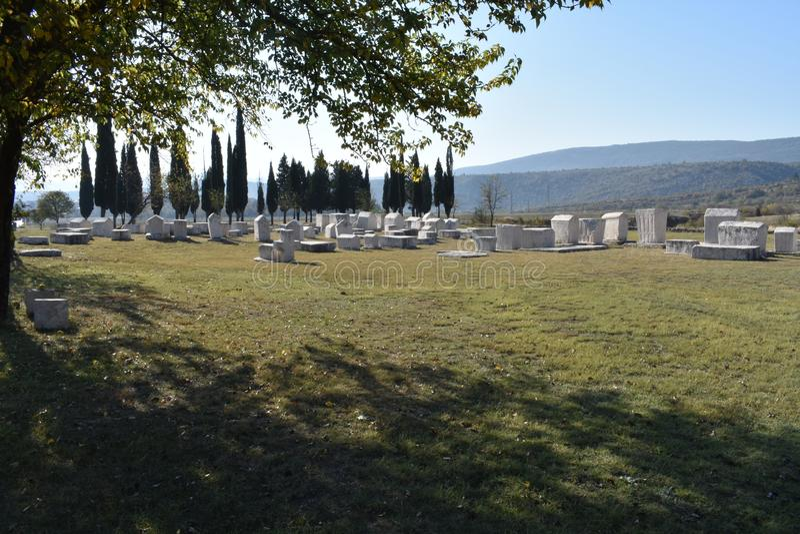 Den berömda steccien i Radimlja den medeltida nekropolen fotografering för bildbyråer