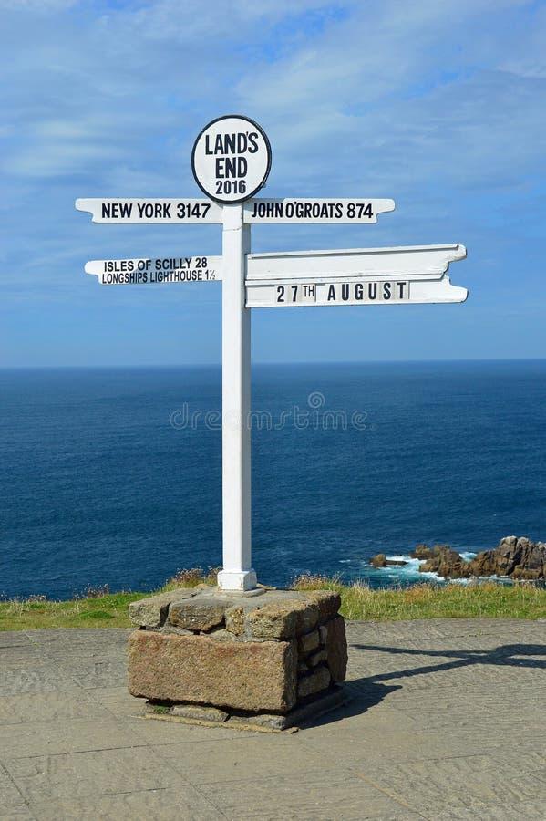 Den berömda teckenstolpen på slutet för land` s, Cornwall, England royaltyfria foton