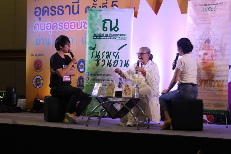 Den berömda thailändska författaren svarar frågorna royaltyfri bild