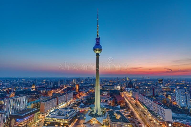Den Berlin horisonten efter solnedgång arkivfoton