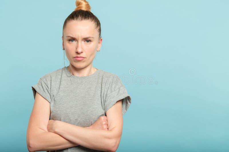 Den bestämda självsäkra allvarliga kvinnan korsade armar royaltyfri bild