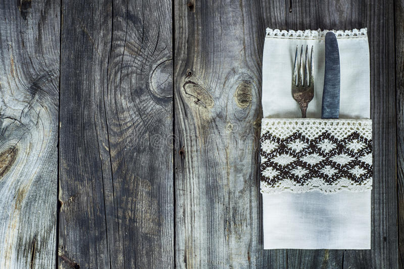 Den bestickgaffeln och kniven dekorerade med tappningtorkduken arkivbild
