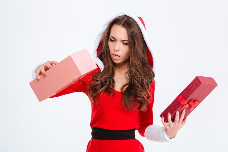 Den besvikna chockade kvinnan i den Santa Claus dräkten fick den tomma gåvan royaltyfria bilder
