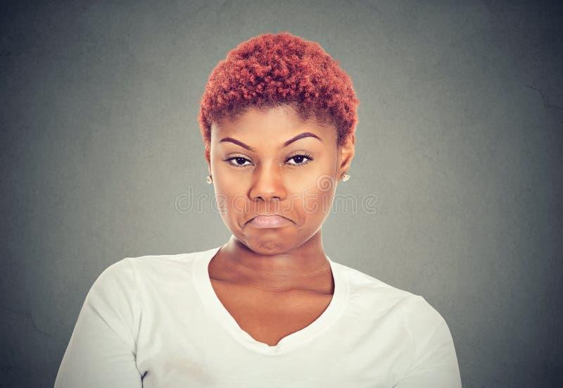 Den besvikna unga kvinnan har problem arkivfoto