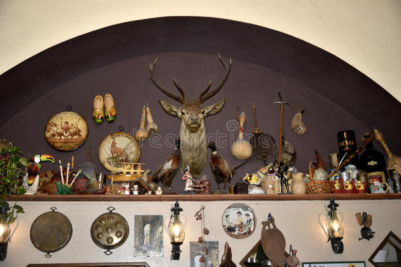 Den besynnerliga restaurangen och öl förvara i källare i Rome Italien arkivbild