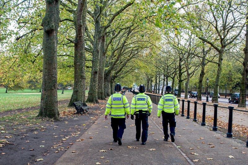 Den beväpnade polisen London England för britt arkivbilder