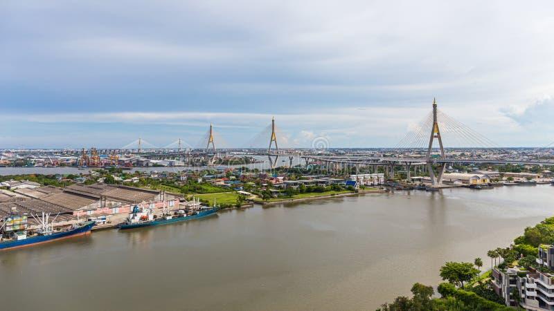 Den Bhumibol bron är en av de mest härliga broarna i Thailand och områdessikten för Bangkok Namnet av denna bro royaltyfria foton