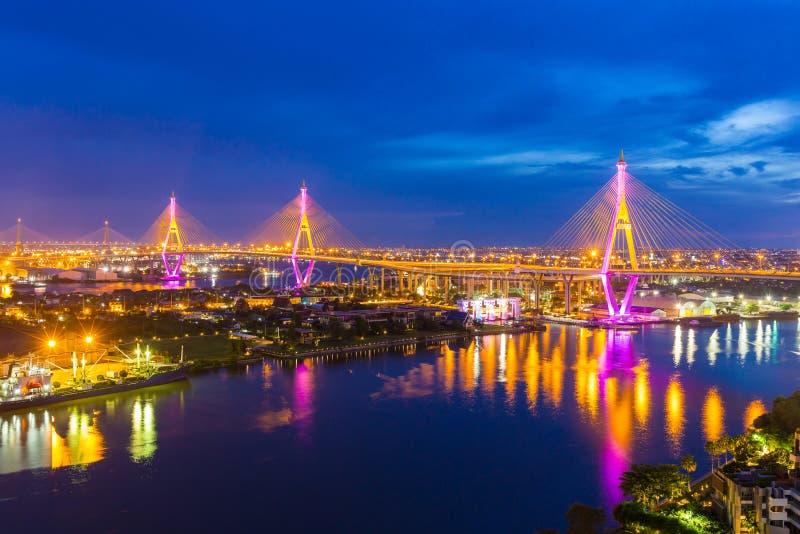 Den Bhumibol bron är en av de mest härliga broarna i Thailand och områdessikten för Bangkok Namnet av denna bro royaltyfri fotografi
