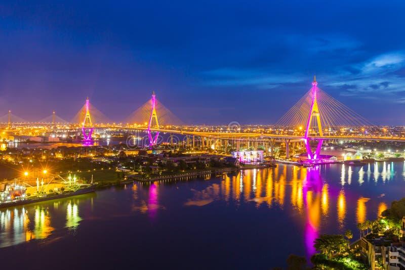 Den Bhumibol bron är en av de mest härliga broarna i Thailand och områdessikten för Bangkok Namnet av denna bro arkivfoton