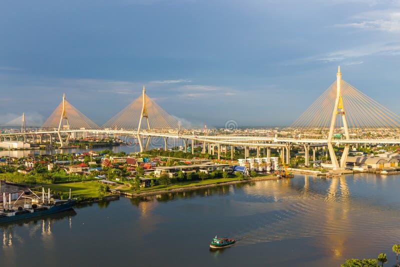 Den Bhumibol bron är en av de mest härliga broarna i Thailand och områdessikten för Bangkok Namnet av denna bro arkivfoto