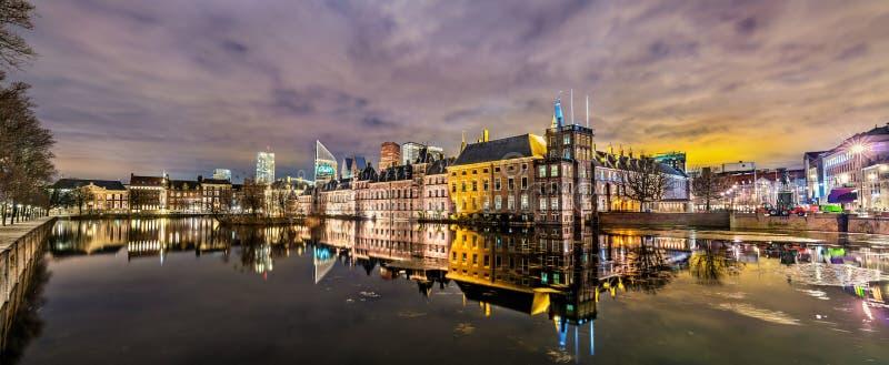 Den Binnenhof slotten, den holländska parlamentbyggnaden i Haag arkivbilder