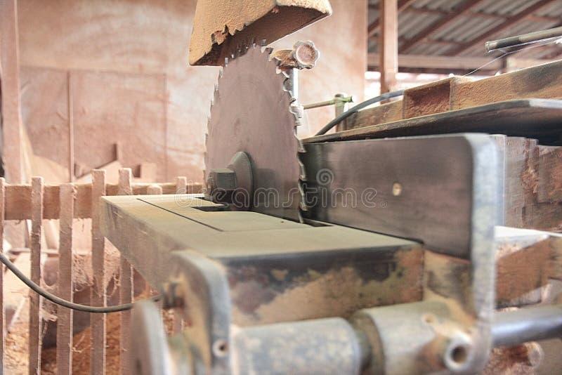 Den bitande maskinen på trä maler fabriken fotografering för bildbyråer