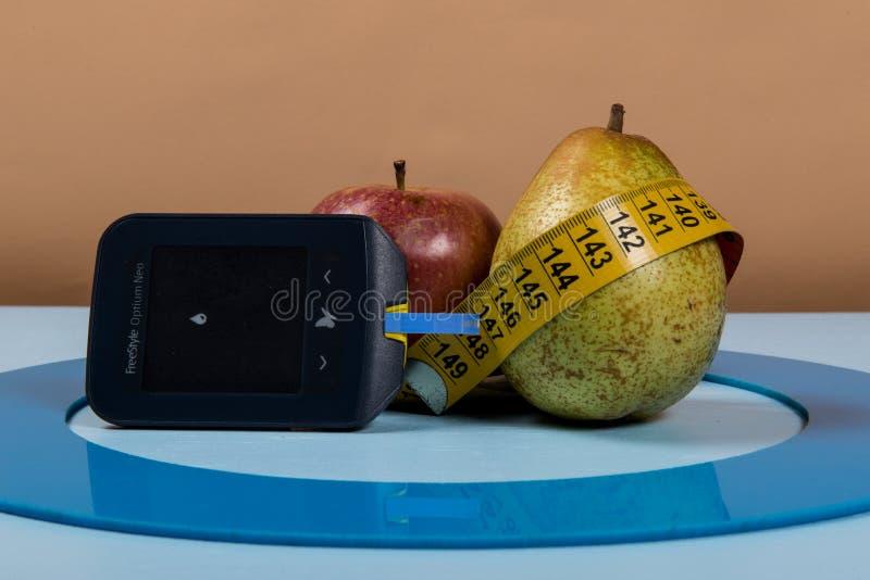 Den blåa cirkeln med någon sockersjukautrustning gör behandling sjukdomen royaltyfri fotografi