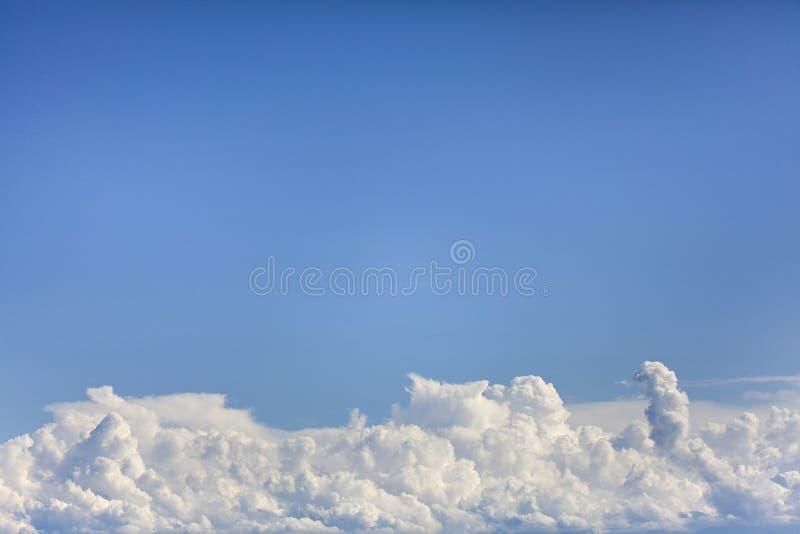 den blåa clearen clouds skies royaltyfri fotografi