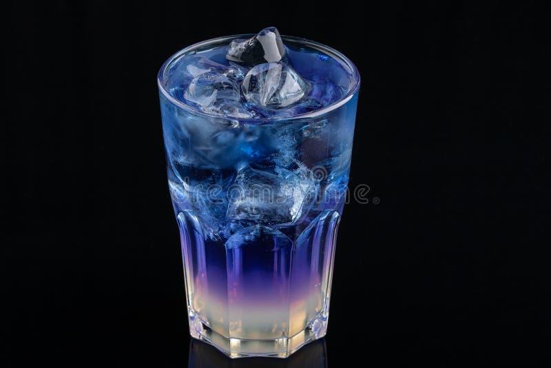 Den blåa coctaildrinken med isgröngölingar arkivfoton