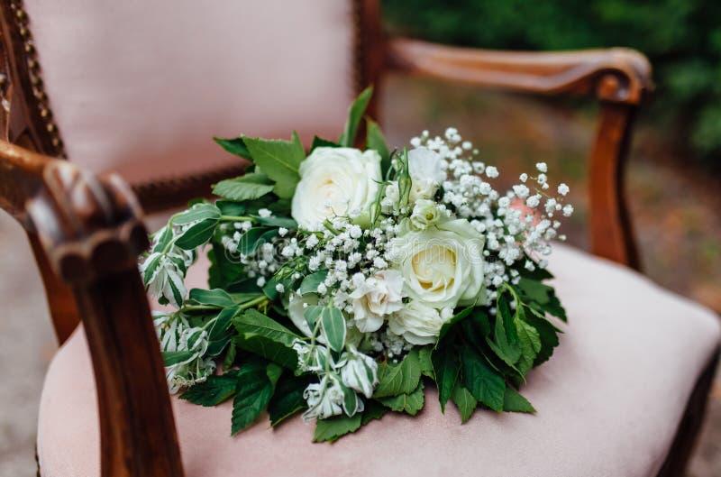den blåa detaljblommagarteren snör åt bröllop royaltyfria bilder