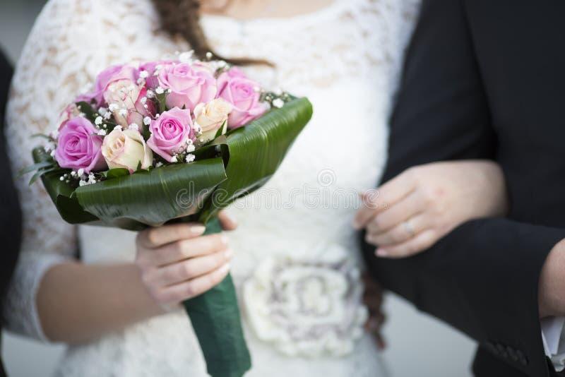 den blåa detaljblommagarteren snör åt bröllop arkivfoton