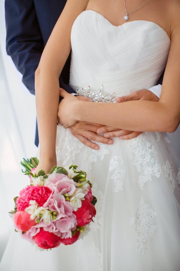 den blåa detaljblommagarteren snör åt bröllop Brud och brudgum inomhus arkivfoto