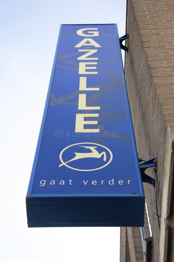 Den blåa elektroniska signagen för en av Hollands äldst cykelproducenter namngav Gasell framme av en byggnad arkivbilder