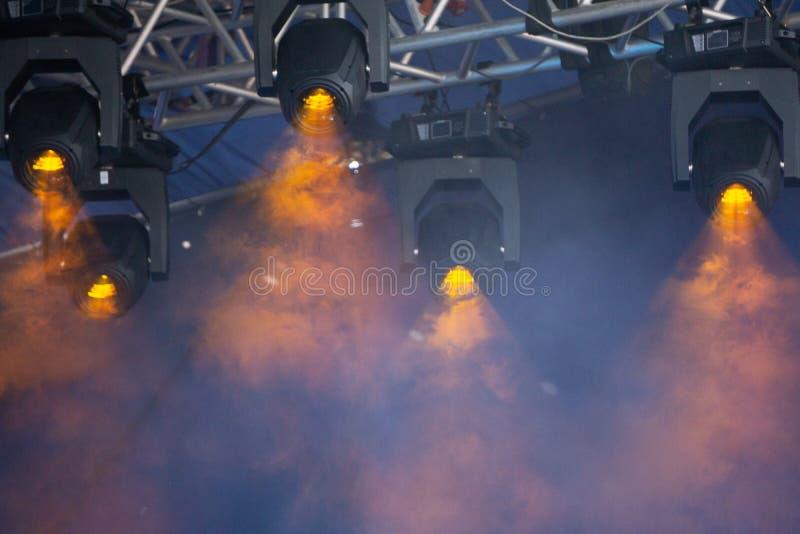 Den blåa etappen tänder ljus show på konserten royaltyfria foton