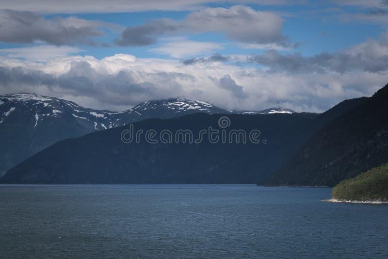 Den blåa fjorden och bergen fotografering för bildbyråer