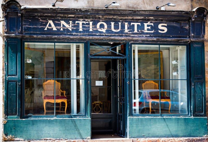 Den blåa franska antikviteten shoppar framdelen med flagnande målarfärg i Beaune, Bourgogne arkivfoton
