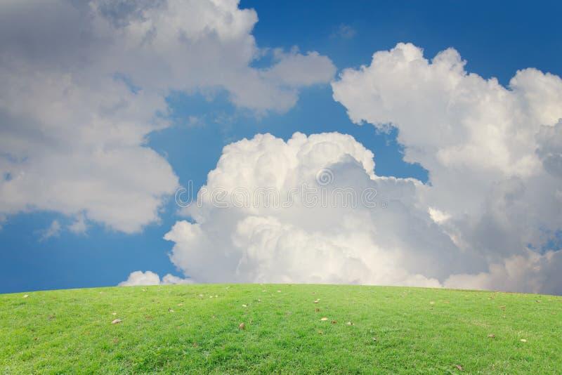 Den blåa himlen för landskapbakgrund med moln retuscherar fotografering för bildbyråer