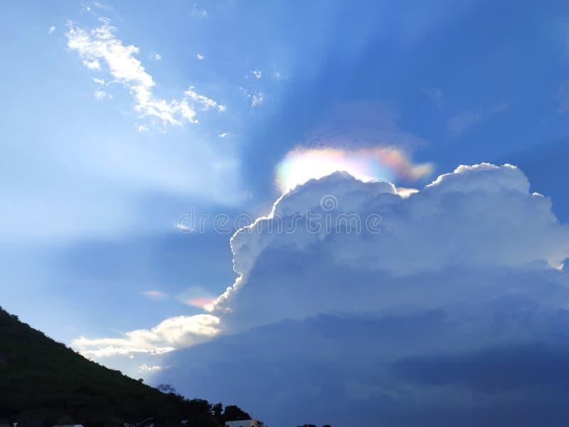 Den blåa himlen och den angenäma blicken för grönt berg royaltyfria bilder