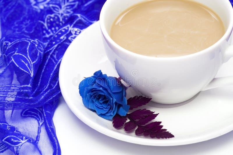 den blåa kaffekoppen steg arkivfoto