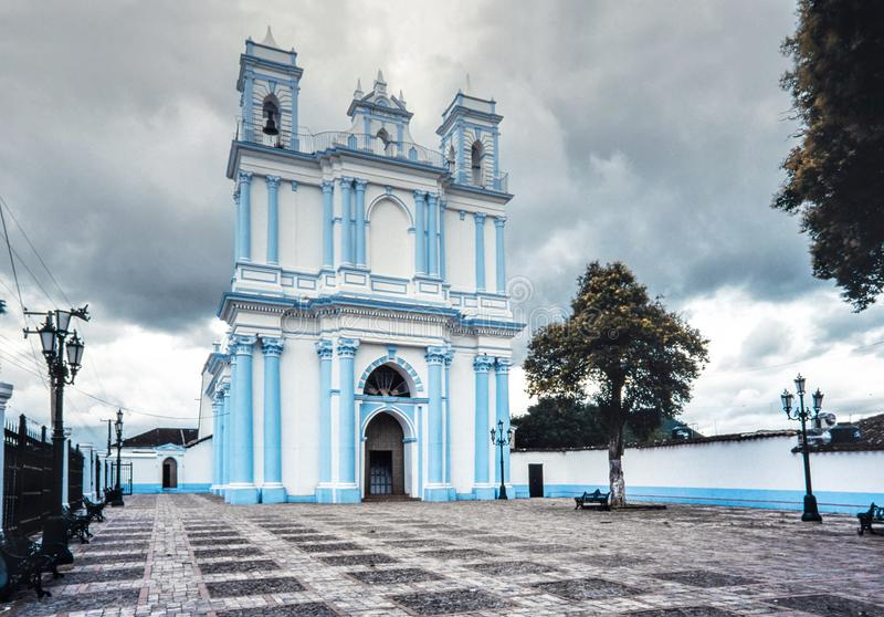Den blåa koloniinvånareSanta Lucia kyrkan casas cristobal de las san royaltyfri foto