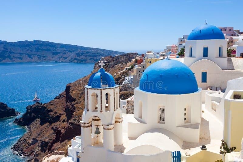 Den blåa kupolen kyrktar Oia Santorini arkivbild