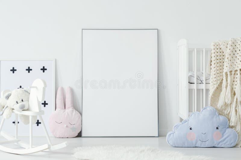Den blåa molnkudden och den vita vagga hästen i barn` s hyr rum med M royaltyfri fotografi