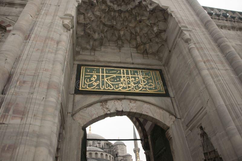 Den blåa moskéingången arkivbild