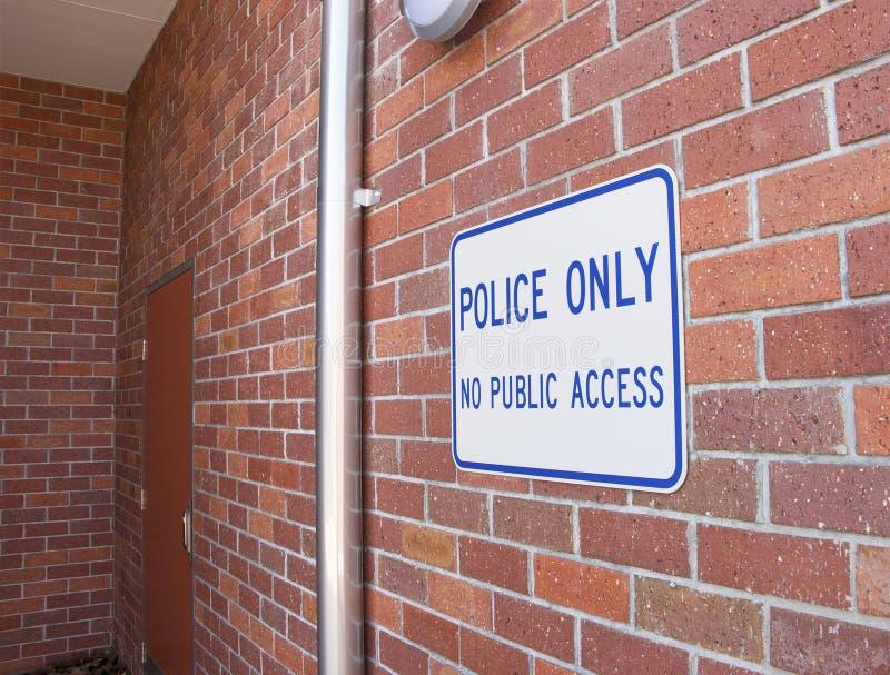 Den blåa och vita polisen endast, inget tecken för offentligt tillträde royaltyfri bild