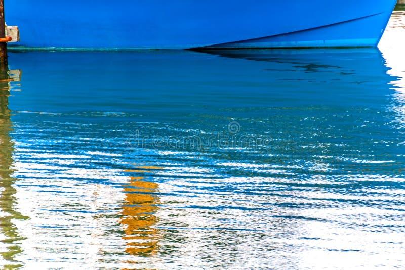 Den blåa segelbåtreflexionen Westport grånar hamnen Washington State fotografering för bildbyråer