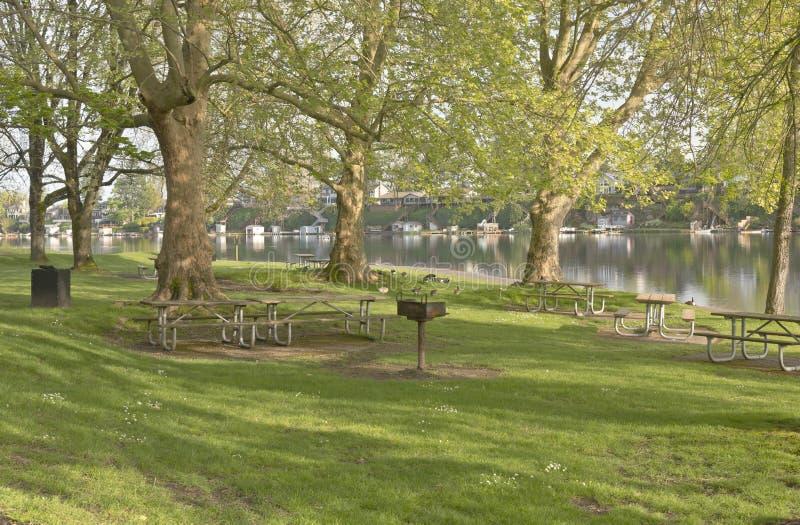 Den blåa sjön parkerar den Oregon staten royaltyfria bilder
