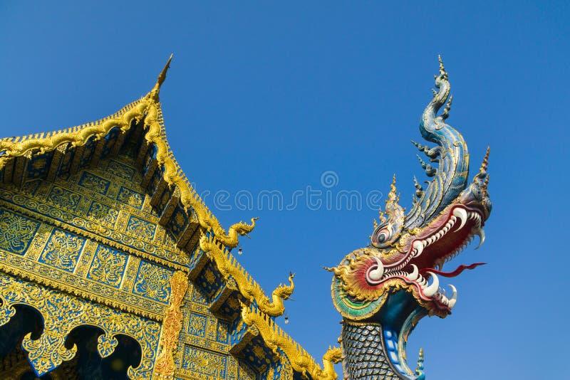 Den blåa tempel- eller Wat Rong Sua Ten templet med bakgrund för blå himmel, Chiang Rai Province, Thailand Härlig blå nagaskulptu royaltyfri foto