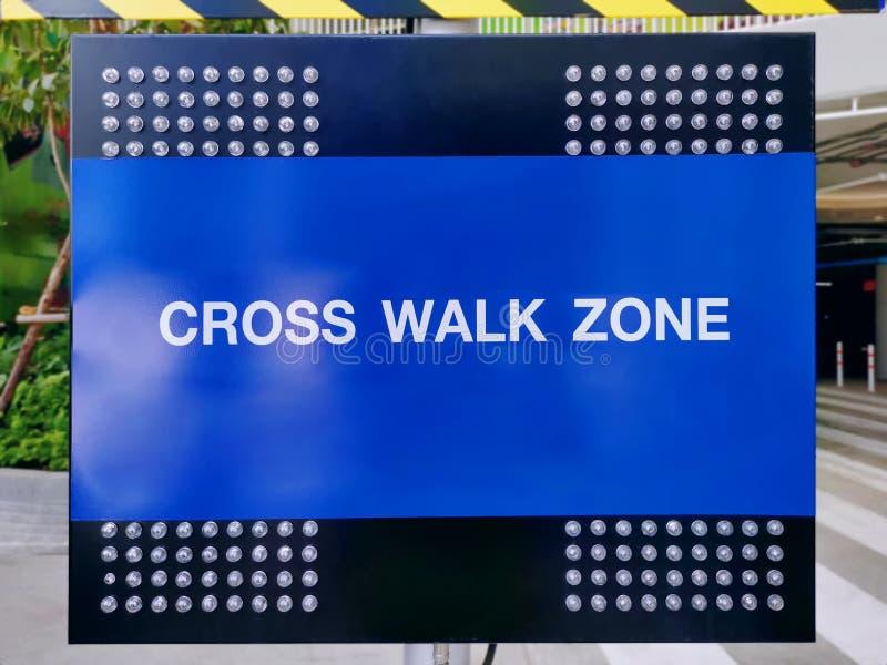 Den blåa trafikpanelen med ljusa kulor och korset går varnande texter för zonen arkivfoton