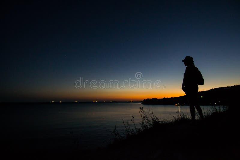 Den Black Sea kusten i strålarna av den utgående solen unset arkivbild