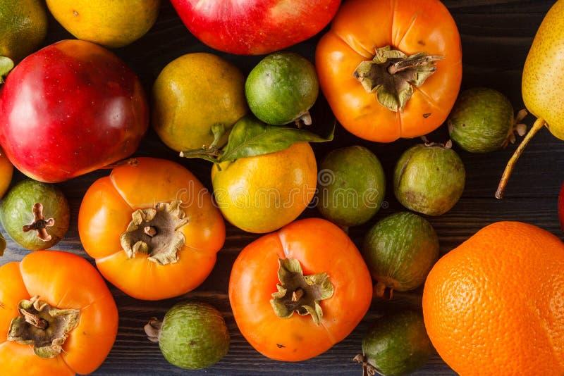 Den blandade högen av olikt färgrikt fejkar frukter och grönsaker royaltyfria bilder