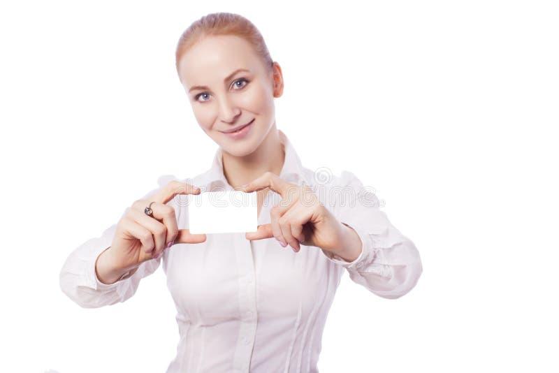 Den blonda arbetaren för chefen för affärskvinnan ler och visar ett kort Är royaltyfri fotografi