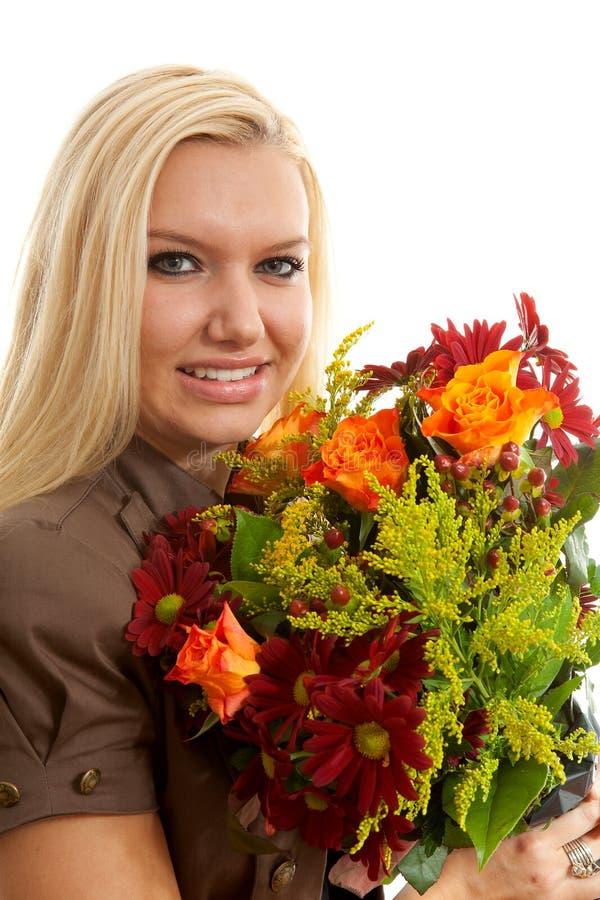 den blonda buketten blommar kvinnabarn royaltyfria bilder