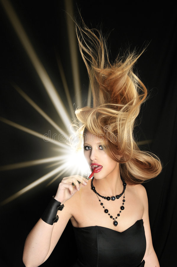 den blonda chilien äter rött sexigt för flicka fotografering för bildbyråer