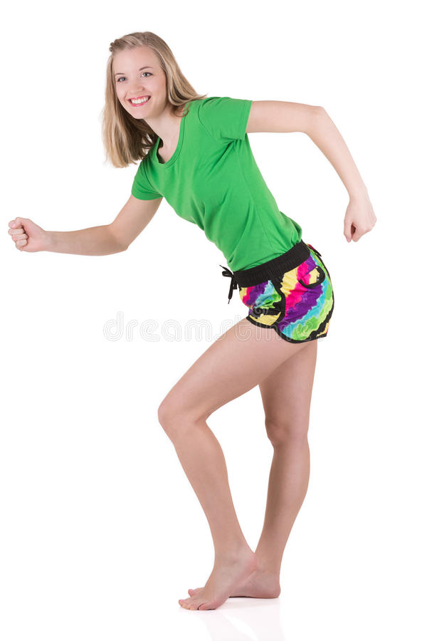 Den blonda flickan i färgglat bära för sommar, i att imitera för sportswear, går på ställe royaltyfria bilder