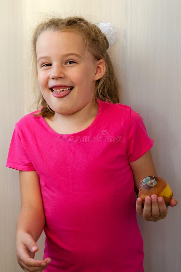 Den blonda flickan med avsmak överger det ruttna päronet fotografering för bildbyråer